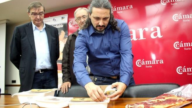 Vicente Darío Lara pone la primera pegatina de la Marca de Garantía de la empresa Gourosma.