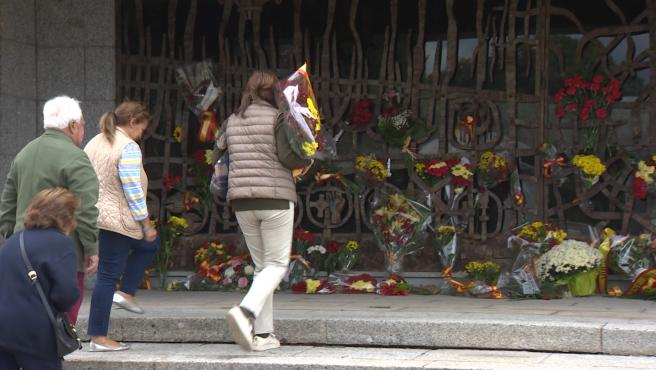 Seguidores de Franco realizan ofrendas al dictador en Mingorrubio