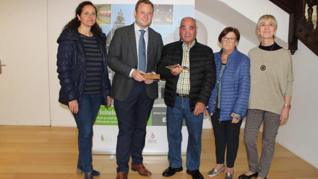 Casañ hace entrega de la navaja conmemorativa del XV aniversario del Museo de la Cuchillería