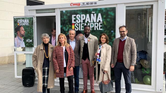 De izquierda a derecha, María Dolores de la Cuesta, Isabel Pérez, Pablo Sáez, Bertran Ndongo, Teresa Martíin y Jesús García-Conde en la presentación de la candidatura de Vox al Congreso por Valladolid.