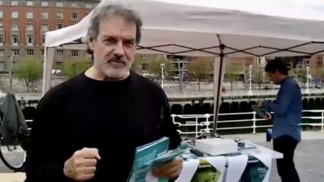 El cabeza de lista de Más País-Euskadi Eraiki, Txema Urkijo, en una mesa informativa electoral en Bilbao