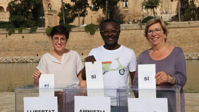 El candidato al Congreso de los Diputados de la coalición MÉS-Esquerra, Guillem Balboa; la también candidata al Congreso por la formación, Carme Gomila; y la candidata al Senado por Mallorca, Lila Thomàs.