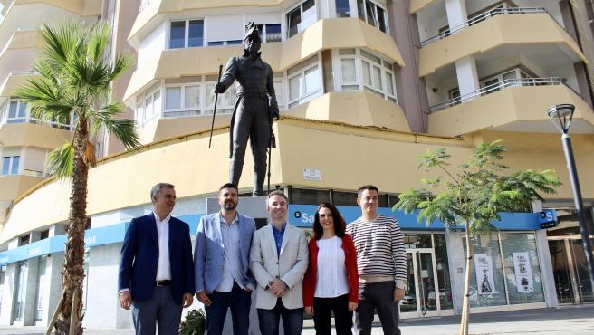 El candidato de Cs por Málaga al Congreso Guillermo Díaz, ante la estatua de Teodoro Reding
