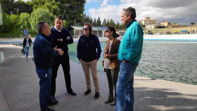 El candidato número 2 al Congreso de los Diputados, Vicente García Egea y la diputada autonómica y presidenta del Parlamento Andaluz, Marta Bosquet, durante una visita a los municipios de Tíjola y Lúcar.