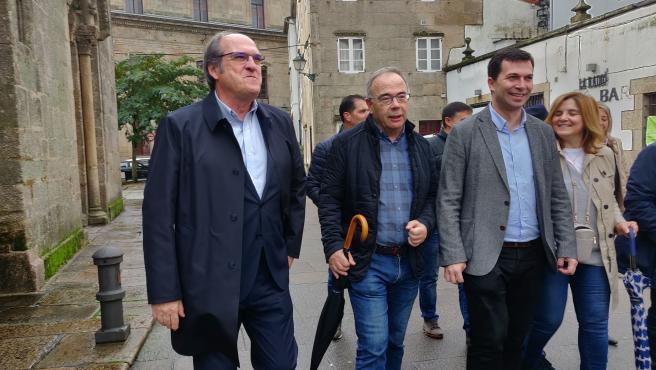 El portavoz del PSOE en la Asamblea de Madrid, Ángel Gabilindo, junto con el alcalde de Santiago, Xosé Sánchez Bugallo, y el secretario xeral del PSdeG, Gonzalo Caballero, en Santiago
