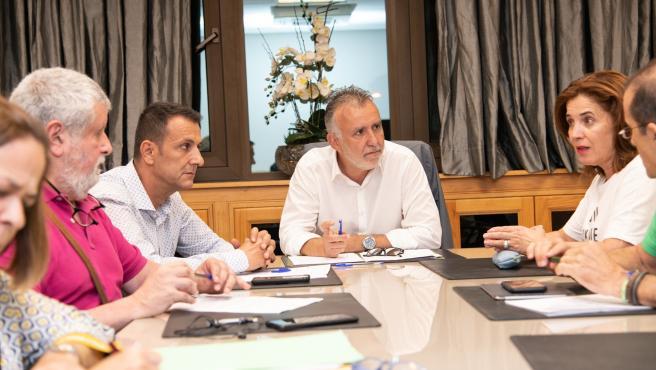 El presidente de Canarias, Ángel Víctor Torres, y la consejera de Sanidad, Teresa Cruz, durante la reunión con los sindicatos