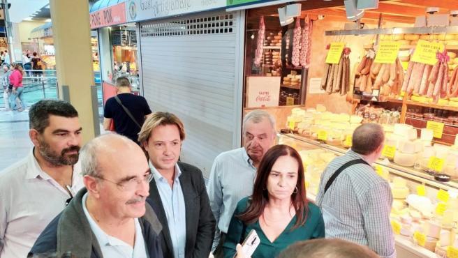 El presidente de VOX Baleares, Jorge Campos, y el candidato de la formación al Congreso de los Diputados, Toni Salvá, han visitado este sábado el mercado del Olivar