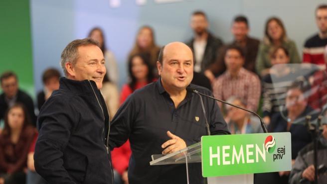 El presidente del EBB del PNV, Andoni Ortuzar, con el candidato Jon Aiarza en un acto electoral de Barakaldo (Bizkaia)