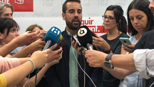 José Muñoz atendiendo a los medios
