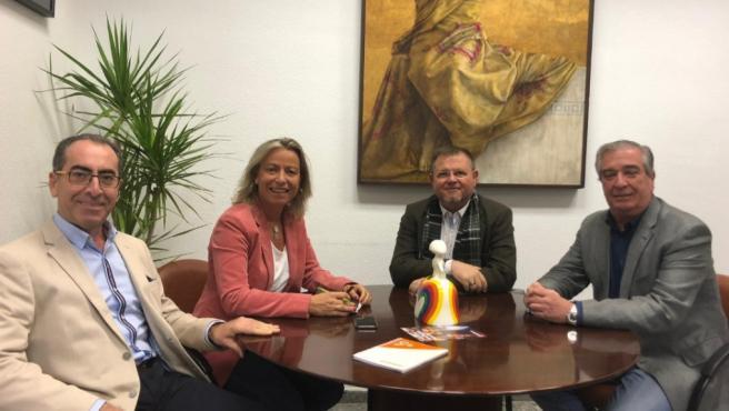 La primera teniente de alcalde del Ayuntamiento de Córdoba y delegada de Turismo y Desarrollo Económico, Isabel Albás, y el delegado de Gestión, Comercio y Mercados, Antonio Álvarez, con el director de la Cátedra de Gastronomía