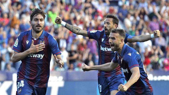 Jugadores del Levante celebran un gol contra el Barcelona.