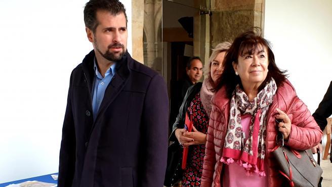 Luis Tudanca junto a Cristina Narbona a su llegada al Colegio Fonseca de Salamanca para un homenaje a socialistas con 40 años de militancia