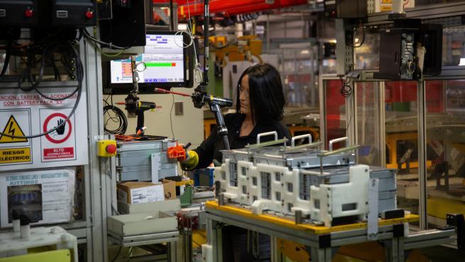 Imagen de una mujer trabajando en la planta de Nissan en Barcelona.