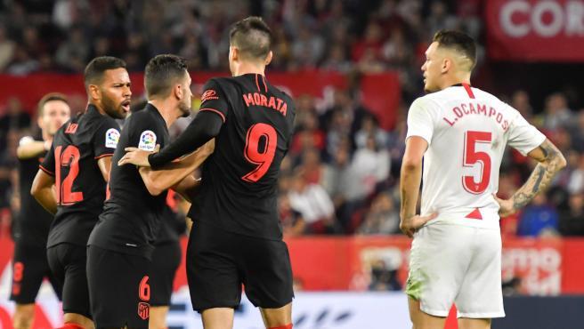 Los jugadores del Atlético celebran el gol del empate ante el Sevilla.