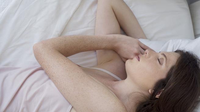 Imagen de archivo de una mujer durmiendo.