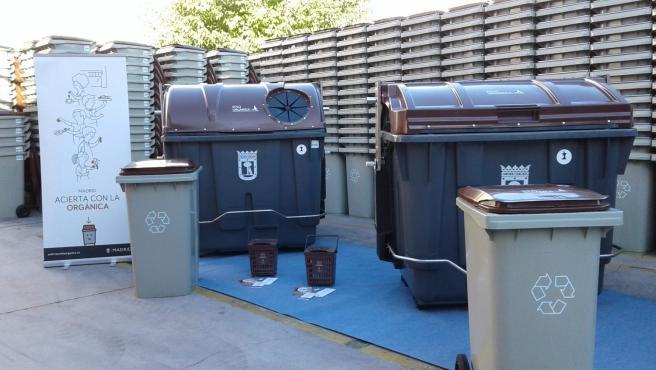 Varios contenedores de tapa marrón de la Comunidad de Madrid.