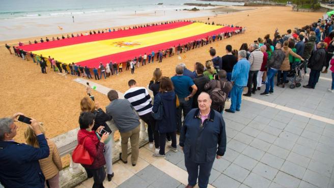 Vox despliega en Santander la mayor bandera de España