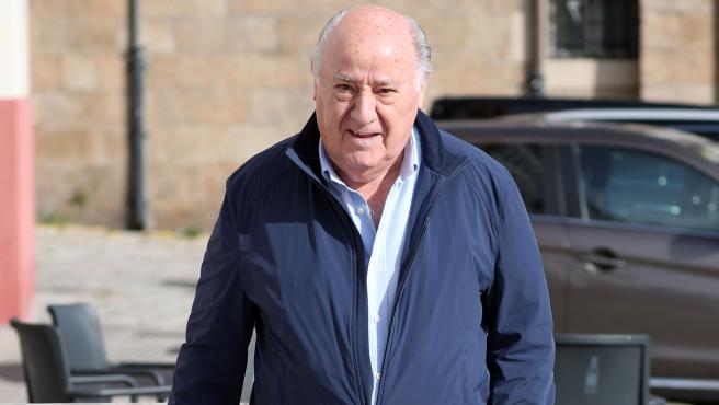 El empresario Amancio Ortega, por las calles de Coruña.