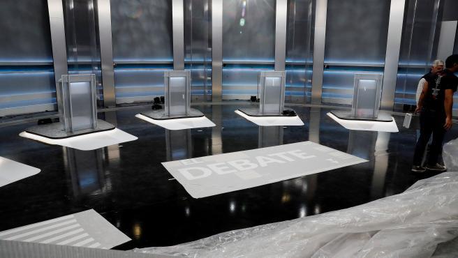 Imagen de los atriles que ocuparán los candidatos del debate electoral de este lunes.