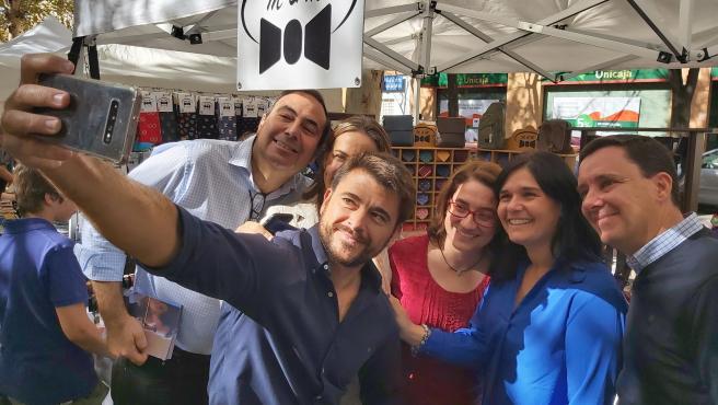 Beltrán Pérez en un acto de campaña de las elecciones generales del 10 de noviembre con militantes echándose un selfie