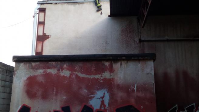 Bomberos de Tafalla aseguran las partes móviles de las estructuras en una nave abandonada