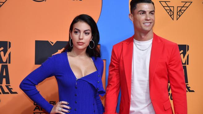 Cristiano Ronaldo y su pareja, Georgina, en la alfombra roja de Sevilla.