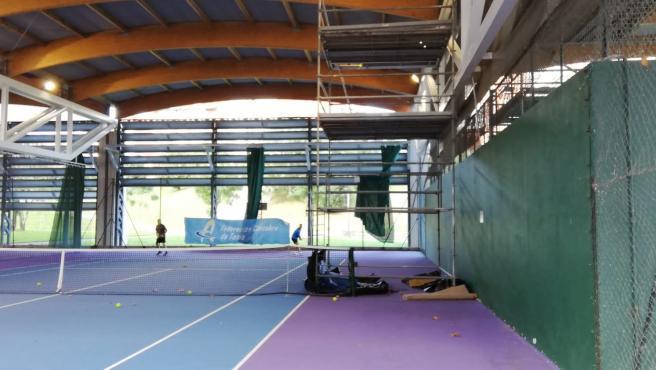 Desperfectos en pistas de tenis de Astillero.
