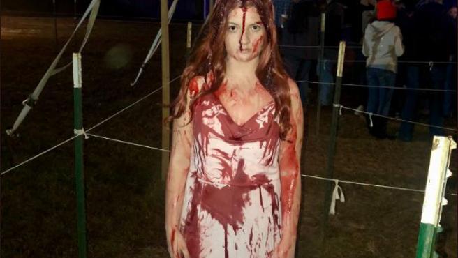 Sidney Wolfe, la joven que fue dada por muerta tras sufrir un accidente disfraza de Carrie.