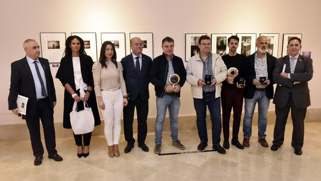 El alcalde de Antequera junto con ganadores del concurso fotográfico 'El Ojo de Antequera'