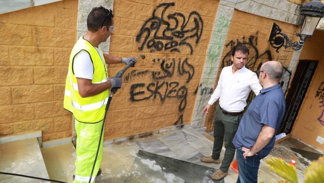 El concejal de Obras de Marbella, Diego López, visita la actuación de retirada de pintadas que se lleva a cabo en la fuente de la calle Jacinto Benavente