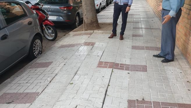 El concejal socialista Pablo Orellana en la barriada de Tiro de Pichón en el distrito Cruz de Humilladero
