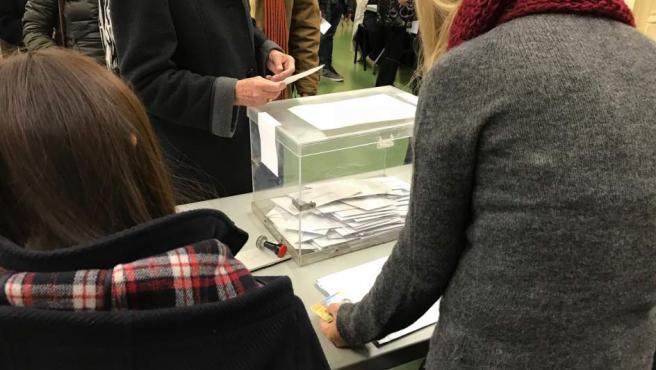 Imagen de archivo de una persona votando durante unas elecciones.
