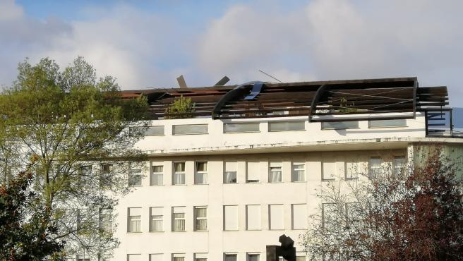 Estado en que ha quedado el tejado de la residencia de ancianos tras las fuertes rachas de viento