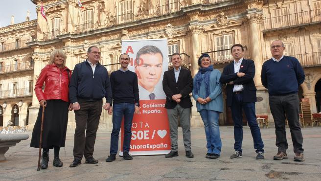 García Page, centro, en la Plaza Mayor de Salamanca junto a candidatos y representantes del PSOE en la provincia.