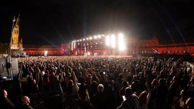 La banda Green Day, durante el concierto de los MTV European Music Awards en la emblemática Plaza de España de Sevilla