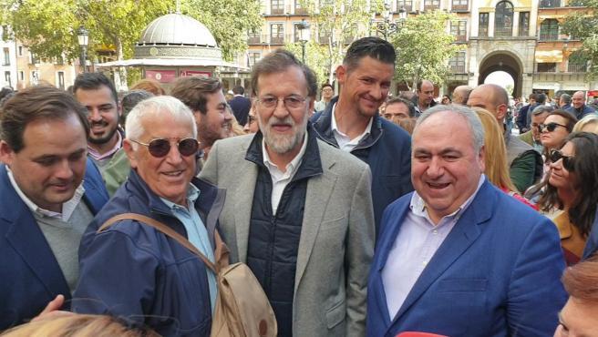 Rajoy se da un baño de multitudes en Toledo estrechando manos, dando besos y haciéndose fotos
