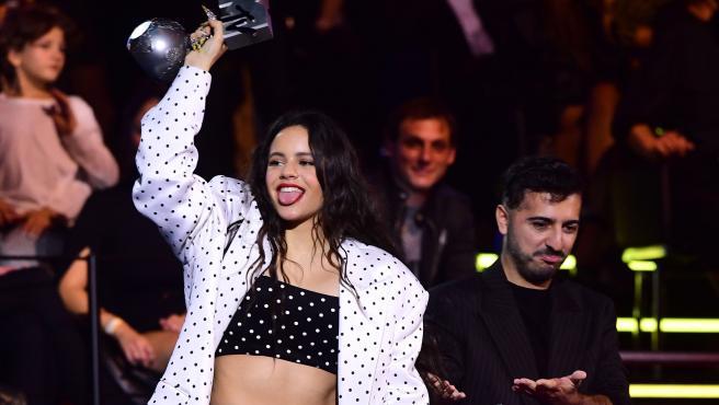 La cantante Rosalía recoge su premio en los MTV EMAs 2019.