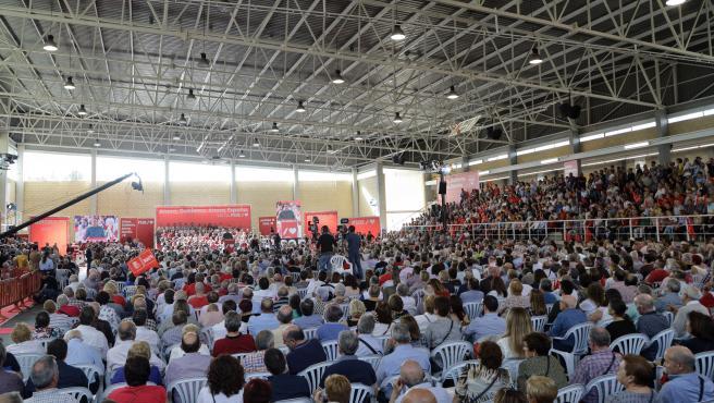 Asistentes al acto del PSOE escuchan la intervención del presidente del Gobierno en funciones y candidato del partido al 10N, Pedro Sánchez, en Mislata (Valencia/España) a 2 de noviembre de 2019.