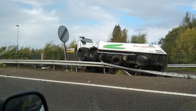 Camión accidentado en la A8