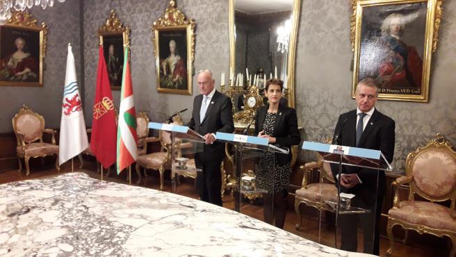 De izquierda a derecha, Alain Rousset, presidente de Nueva Aquitania (Francia), María Chivite, presidenta de Navarra, e Íñigo Urkullu, lehendakari vasco, en una rueda de prensa tras la Asamblea General de la Eurorregión.