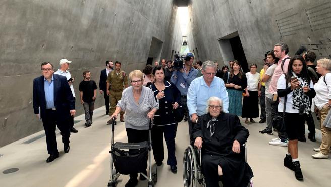Dos supervivientes del holocausto nazi se reencuentran con su salvadora en Jerusalén.