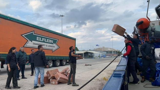 El Aita Mari descarga la ayuda humanitaria en Lesbos.