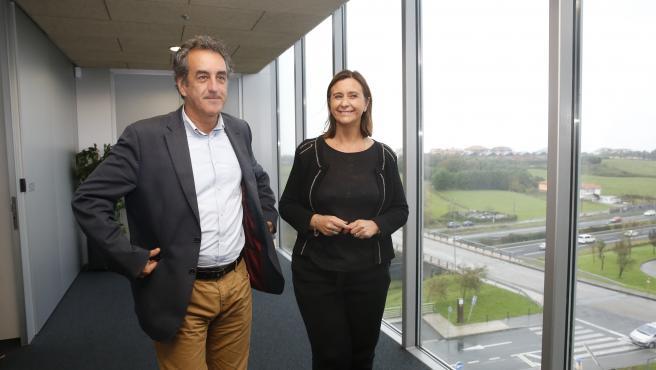 El consejero de Innovación, Industria, Transporte y Comercio, Francisco Martín, con la presidenta de la Asociación de Mujeres Empresarias de Cantabria, Eva Fernández