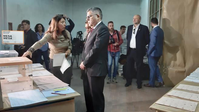 El delegado del Gobierno en la Comunitat Valenciana, Juan Carlos Fulgencio, visita el almacén electoral de la provincia de Valencia con motivo de los comicios del 10N.