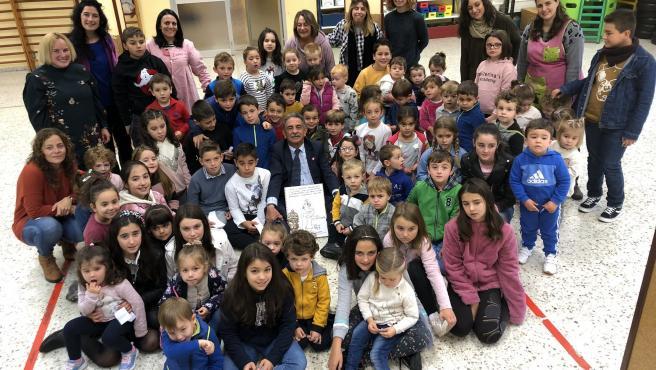 El presidente de Cantabria, Miguel Ángel Revilla, con alumnos de Infantil y Primaria del colegio 'Valle del Nansa' de Puentenansa, en el municipio de Rionansa