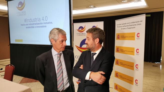 El presidente de la Fundación Concordia y Libertad, Adolfo Suárez Illana, y el vicesecretario de Participación del PP, Jaime de Olano, en una jornada sobre industria en Santiago.