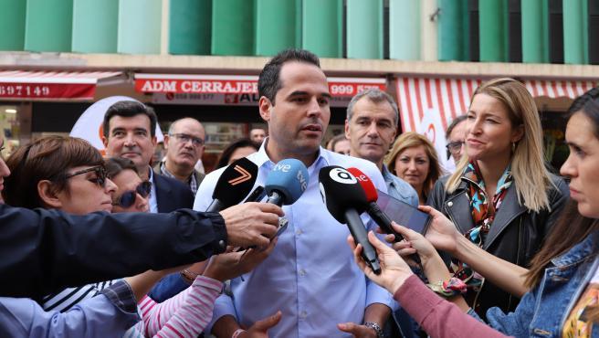 Ignacio Aguado atendiendo a los medios en València