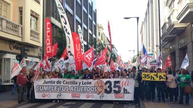 Imagen de archivo de la concentración de empleados públicos por las 35 horas en Valladolid.