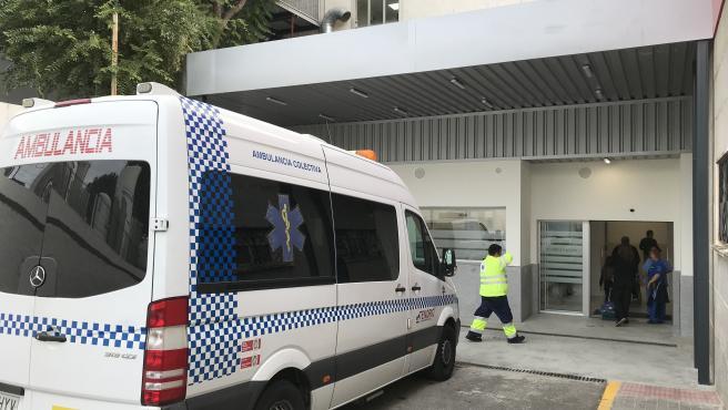 Imagen de una ambulancia junto al Hospital Virgen Macarena de Sevilla