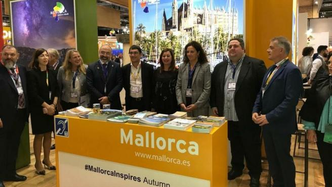 La presidenta del Consell de Mallorca, Catalina Cladera (tercera por la derecha), participa en la feria World Travel Market en Londres.